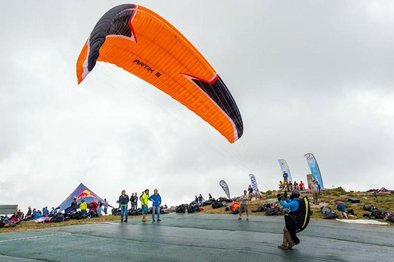 Parapentes ao ar na estreia do Europeu em Montalegre