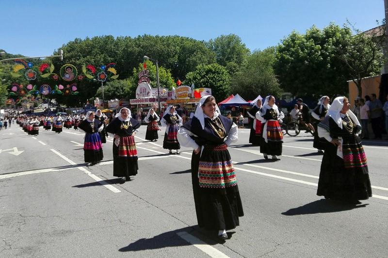 Mais de três centenas desfilam trajes em cortejo etnográfico pelo centro histórico