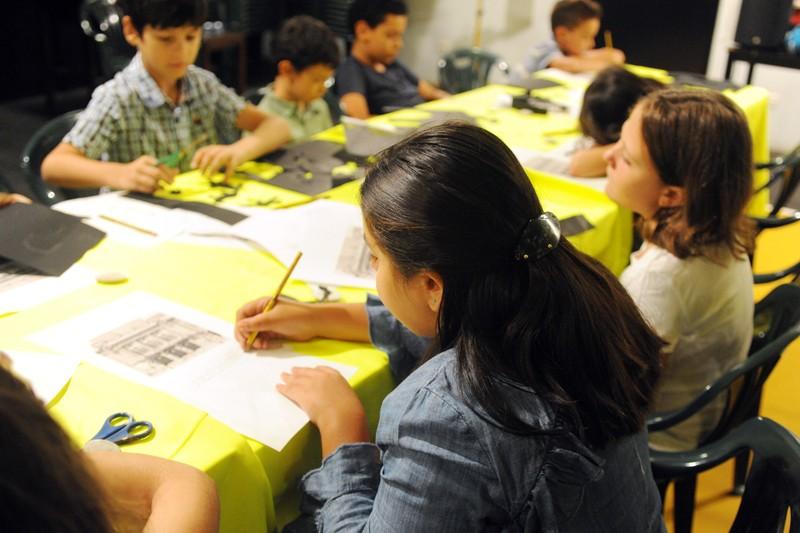Crianças expressam o imaginário através do Teatro de Sombras