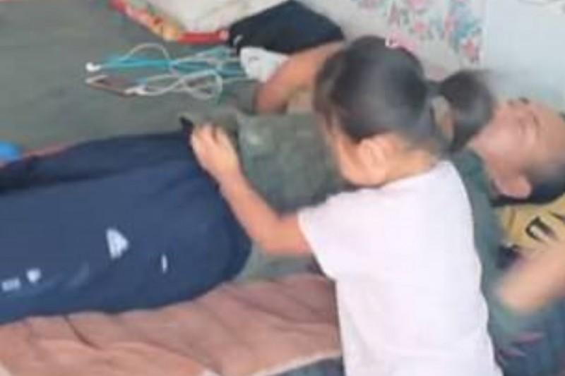 Menina de 6 anos toma conta do pai paralisado