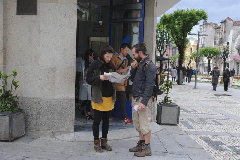 Portugueses, espanhóis e sul americanos invadem cidade