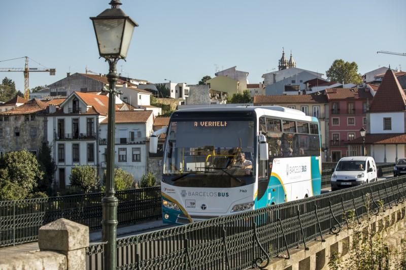 Barcelos Bus com luz verde da AMT