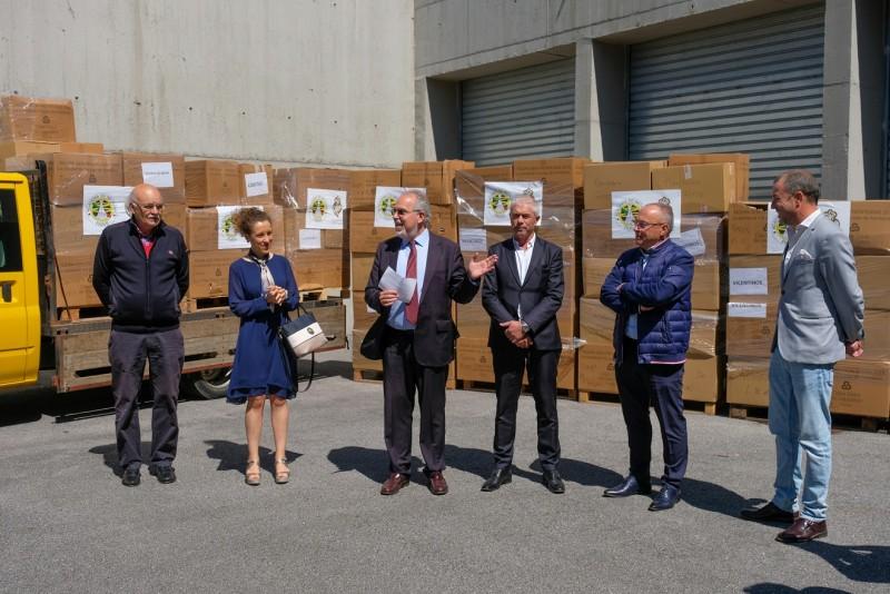 Academia do Bacalhau de Paris entrega 155 caixas de roupa a seis instituições de Viana do Castelo