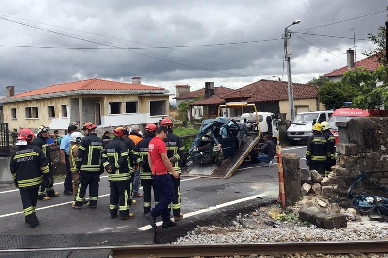Avó e neta entre as três vítimas de carro abalroado por comboio na passagem de nível de Carapeços