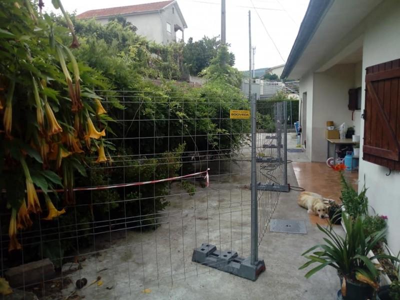 Obra da rede  de gás põe muro em risco de cair