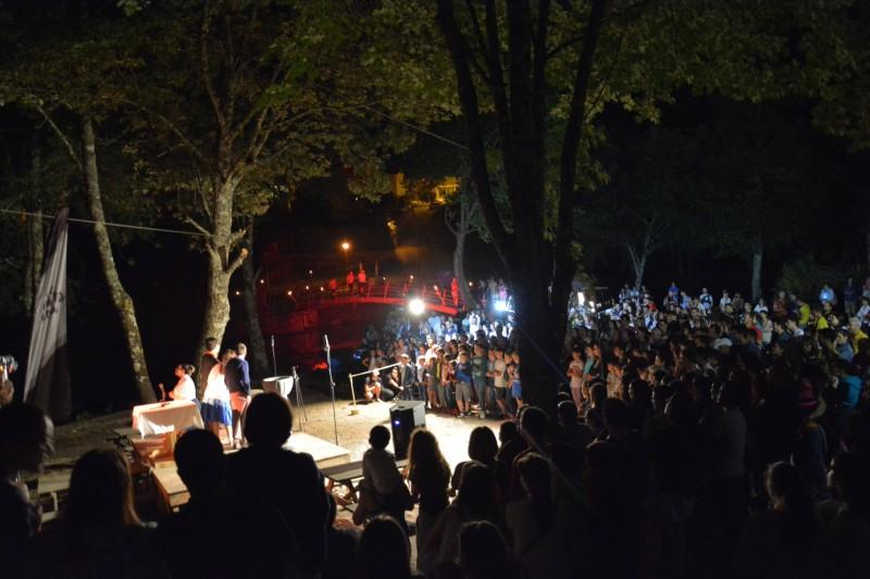 'Rio' de gente na 'Praia Fluvial' do Poço do Frade para um Passeio Literário pela 'mão' do Centro de Teatro