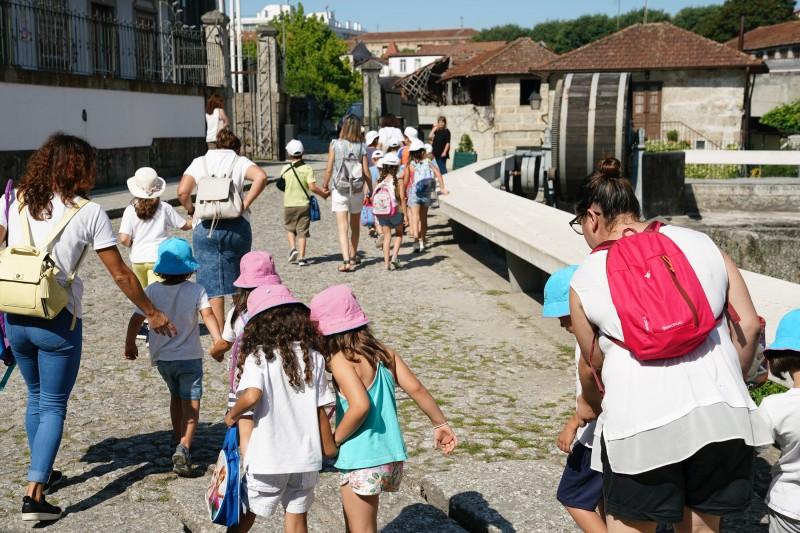 """Jovens de Guimarães conhecem os recantos da cidade no projeto """"Rotinhas com História"""""""