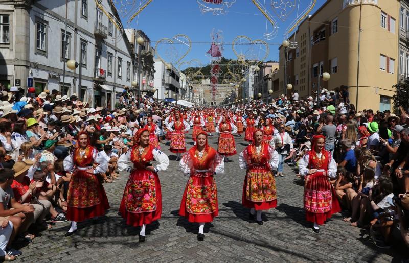 Desfile da mordomia leva 619 mulheres 'vianenses' de sete países às ruas de Viana