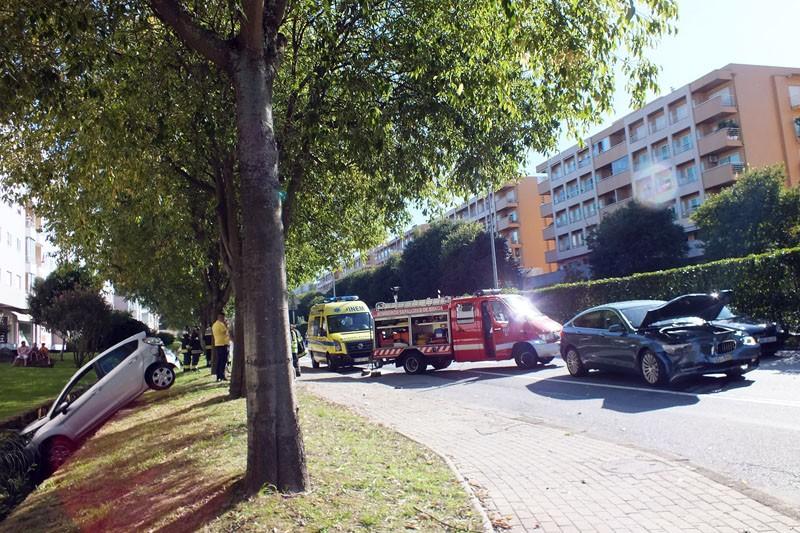 Aparatoso acidente na Av. Frei Bartolomeu  dos Mártires provoca quatro feridos ligeiros