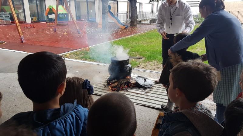 Crianças da Santa Casa confeccionam caldo no pote e vivem tradições