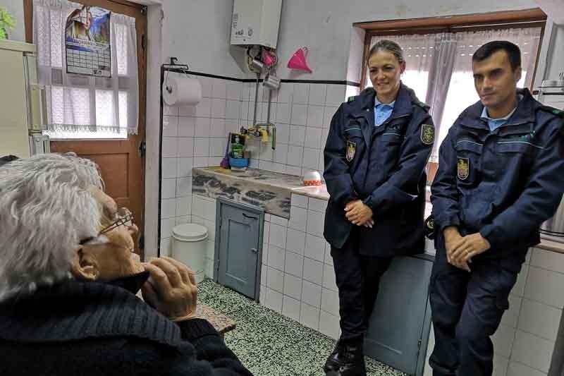 Quando a GNR bate à porta dos idosos e ajuda a combater a solidão