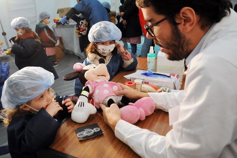 'Hospital dos Bonequinhos' afasta medo da 'bata branca'