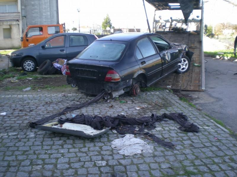 Câmara de Viana abate veículos abandonados na via pública