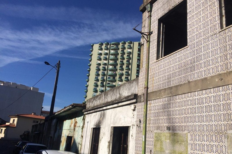 Fogo em casa devoluta aflige moradores da Rua de São Victor-o-Velho
