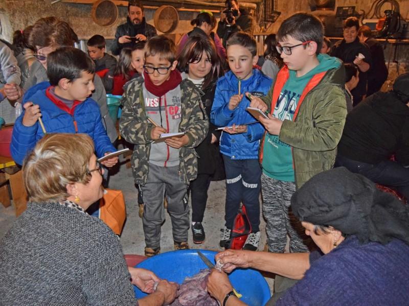 Monção: Crianças aprendem a encher chouriças