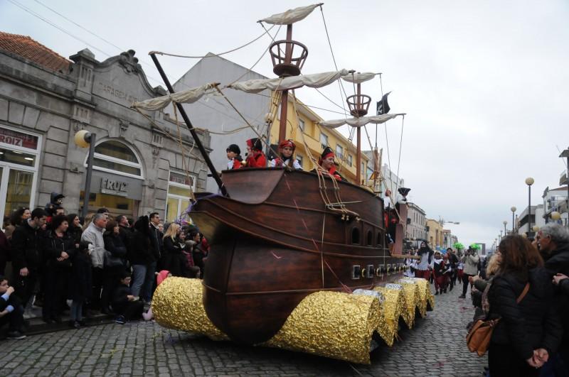 Corso carnavalesco sai à rua domingo com 750 participantes