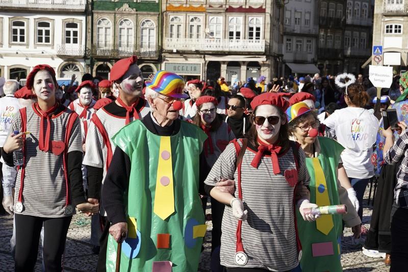 Dois mil seniores e crianças juntos em festa de Carnaval que saiu à rua