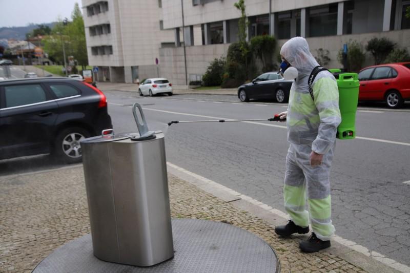 Vizela: desinfeção diária dos contentores de lixo
