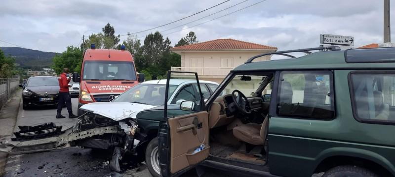 Colisão de duas viaturas em Taíde provocou um ferido ligeiro