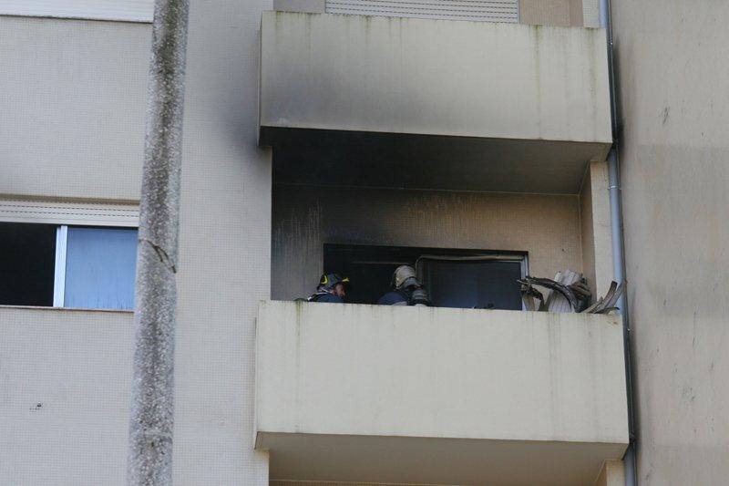 Incêndio destrói parte de um apartamento