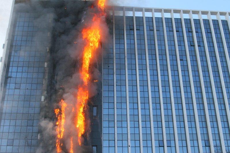 Fogo destrói fachada de hotel