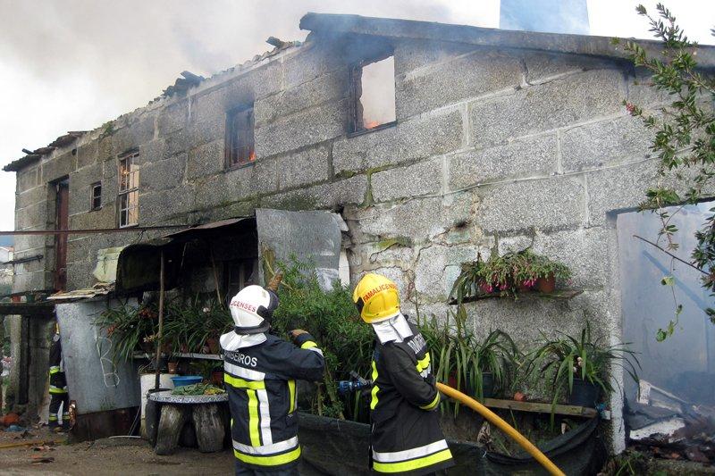Fogo destrói casa e deixa oito desalojados