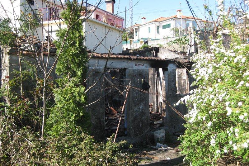 Explosão de gás destrói casa antiga