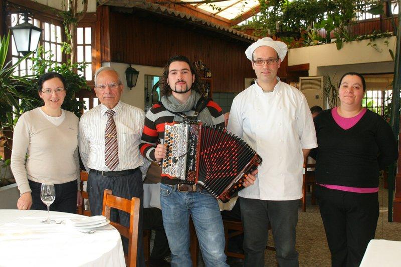 Hélder Baptista anima o restaurante 'Vítor' ao som da concertina